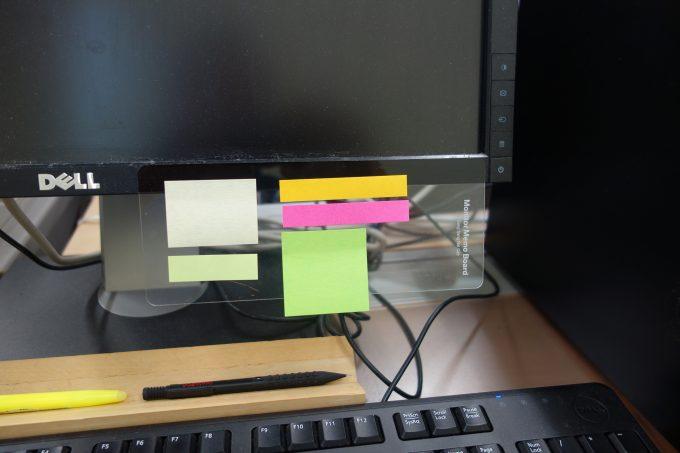 パソコンのディスプレイに付箋を貼る「モニターメモボード」