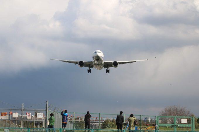 伊丹空港に着陸する飛行機を千里川堤防から見る