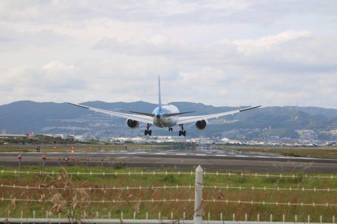 伊丹空港に着陸する飛行機