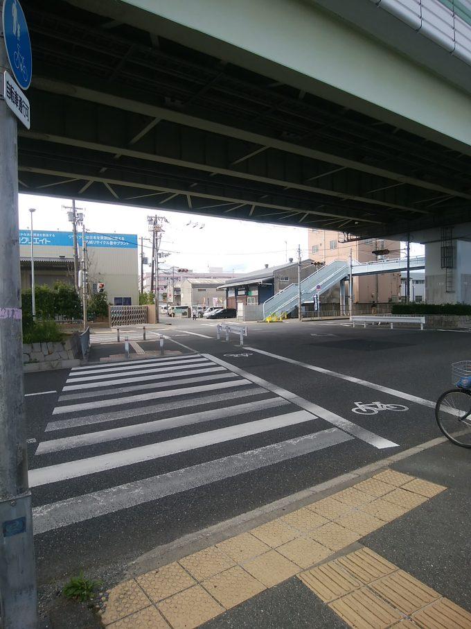 阪急曽根駅から伊丹空港千里川堤防に向かう途中 高速道路をくぐる信号