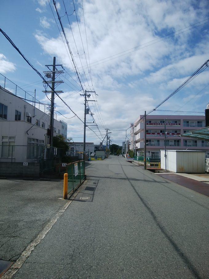 阪急曽根駅から伊丹空港千里川堤防に向かう途中の道
