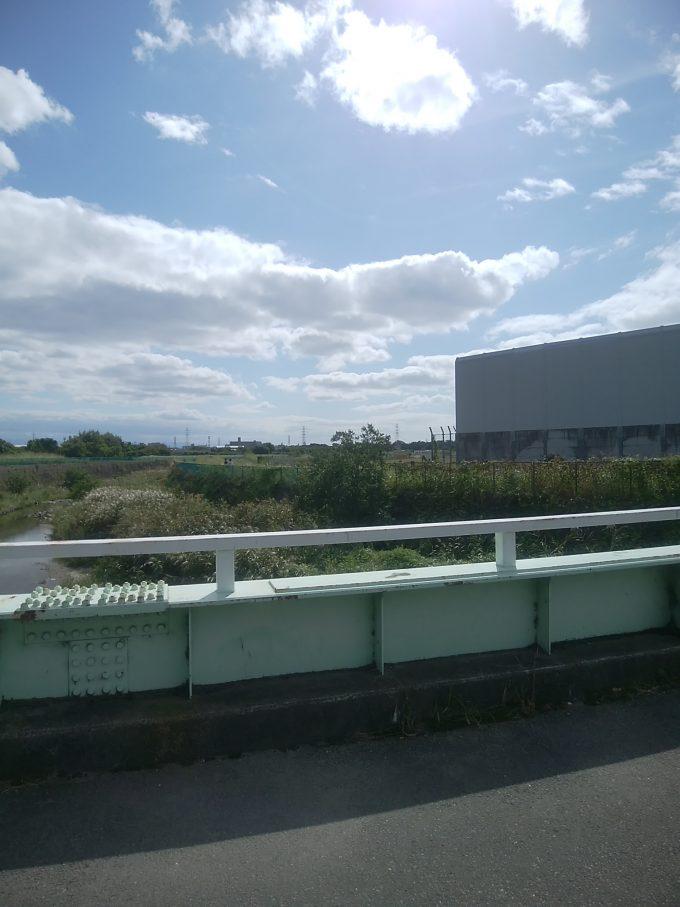 伊丹空港千里川堤防の橋から見る堤防