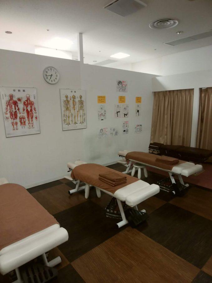 カラダファクトリー 整体施術室のベッド