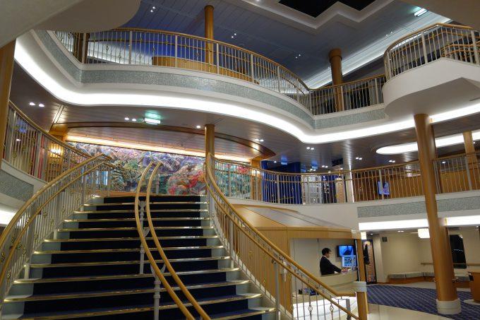 大阪南港‐愛媛東予港オレンジフェリー エントランスの大階段