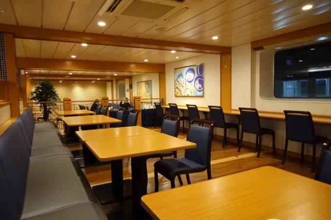 大阪南港‐愛媛東予港オレンジフェリーの広いレストランのテーブル