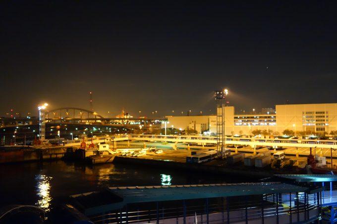 大阪南港‐愛媛東予港オレンジフェリーの甲板から見る大阪港の夜景