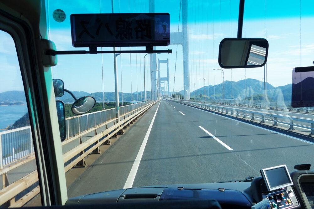 しまなみ海道の来島海峡大橋を走るバス車内の景色